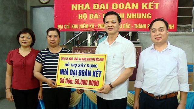 """Thành phố Bắc Ninh bàn giao """"Nhà đại đoàn kết""""tặng hộ nghèo"""